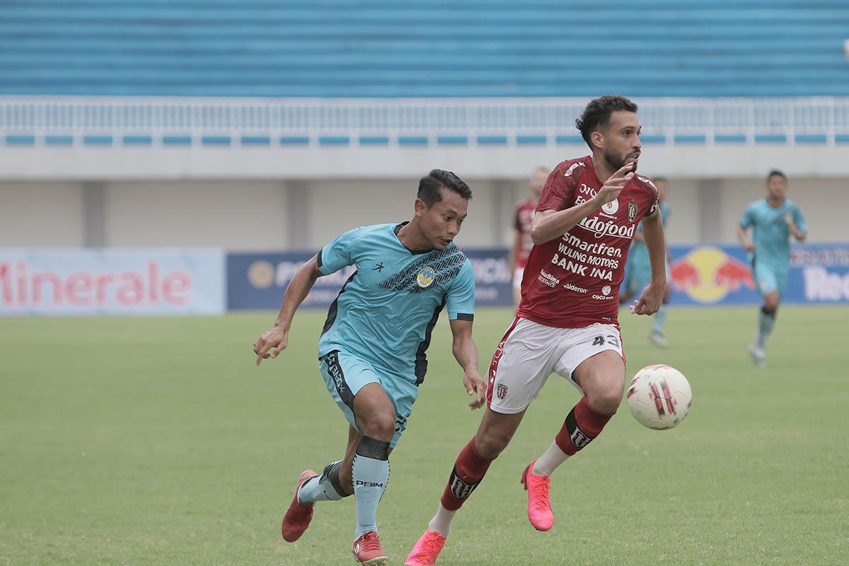Laga uji coba antara PSIM melawan Bali United di Stadion Mandala Krida Yogyakarta, Minggu (13/6). (Foto: Media Officer PSIM)