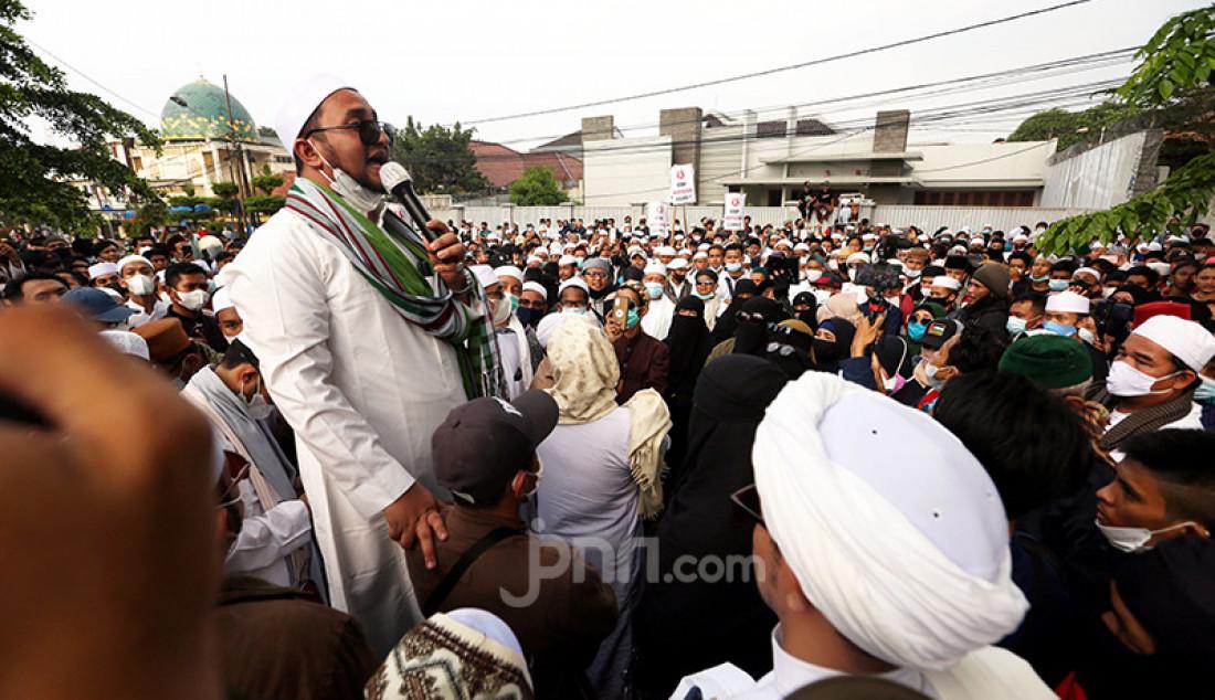 Massa pendukung Habib Rizieq Shihab melakukan aksi di depan Balai Kota dan Gedung DPRD Kota Bogor, Jawa Barat, Jumat (11/6). (Foto: Ricardo/JPNN)