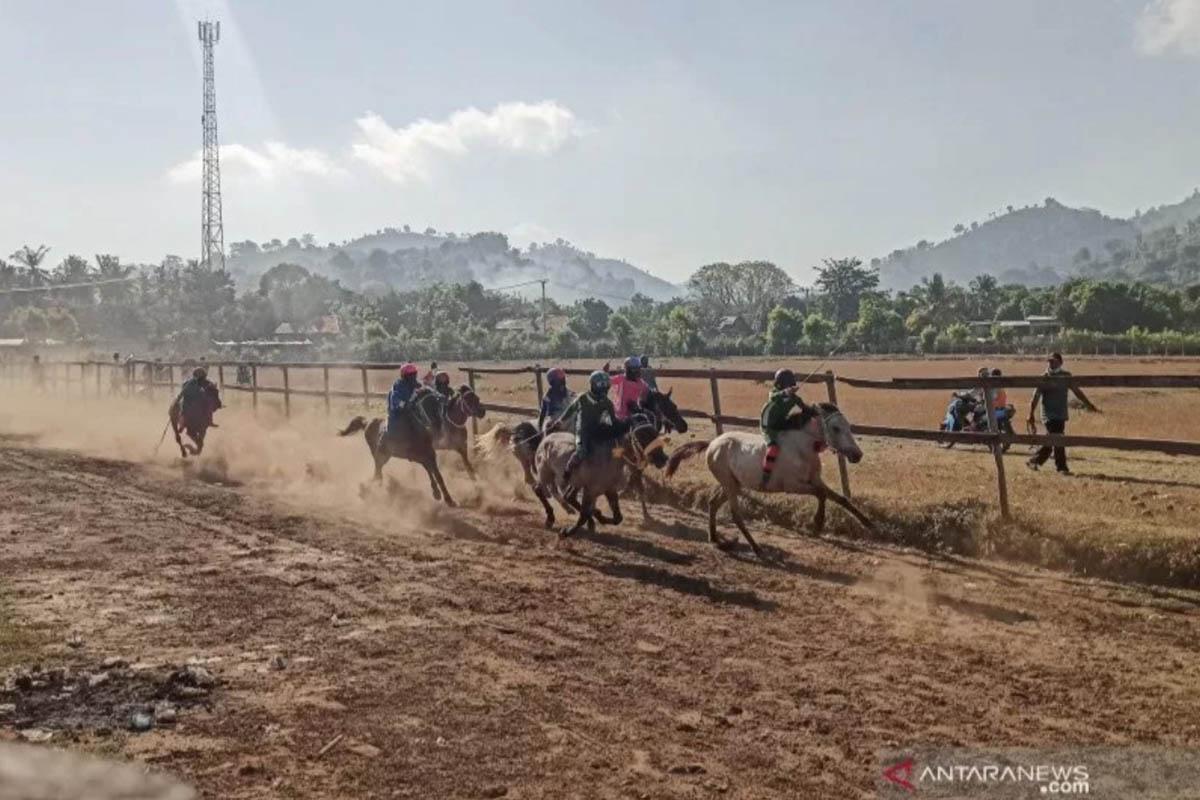 Para joki cilik dengan kuda pacuannya melaju kencang dalam sesi latihan di arena pacuan kuda Desa Panda, Bima, NTB, Minggu (13/6/2021). (FOTO: ANTARA/Dhimas B.P.)