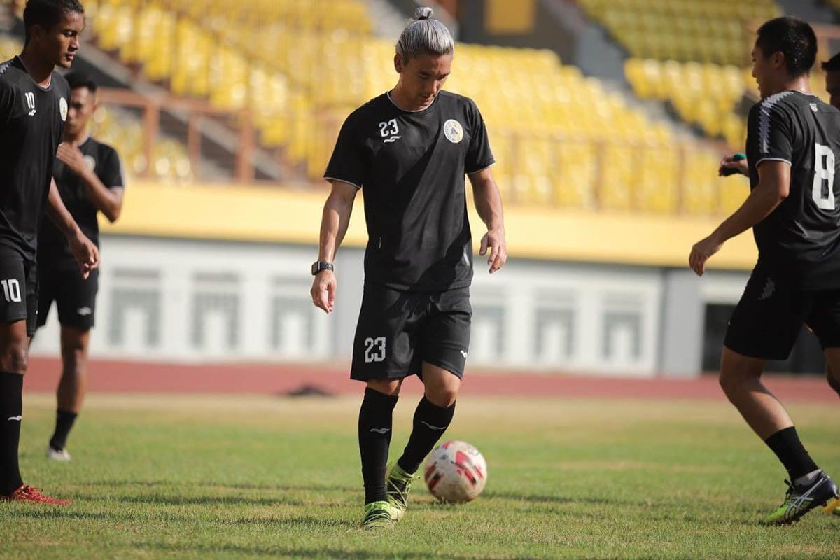 Pemain PSS Kim Jeffrey Kurniawan saat latihan bersama rekan-rekan timnya. (Foto: Media Officer PSS)