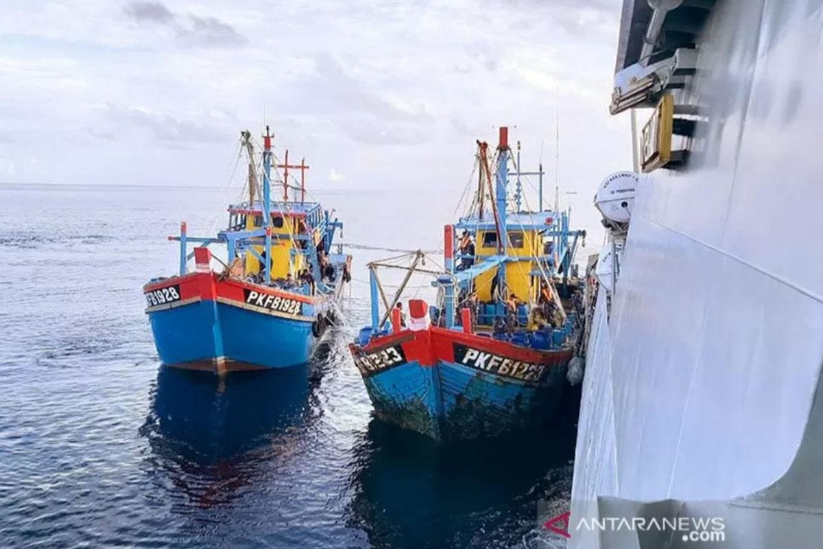 Ilustrasi - kapal nelayan berbendera Malaysia yang ditangkap setelah mencuri ikan di perairan Indonesia di Selat Malaka dijaga KRI Kerambit-627 menuju Pangkalan Utama TNI AL I/Belawan, Sumatera Utara. (FOTO: ANTARA/HO)