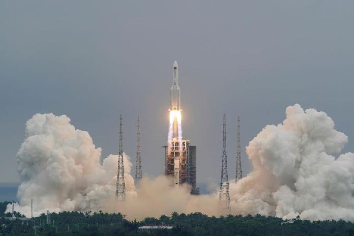 Ilustrasi - Roket Long March-5B Y2, membawa modul inti stasiun luar angkasa Cina Tianhe, lepas landas dari Pusat Peluncuran Luar Angkasa Wenchang di provinsi Hainan, China 29 April 2021. Foto: China Daily via Reuters.
