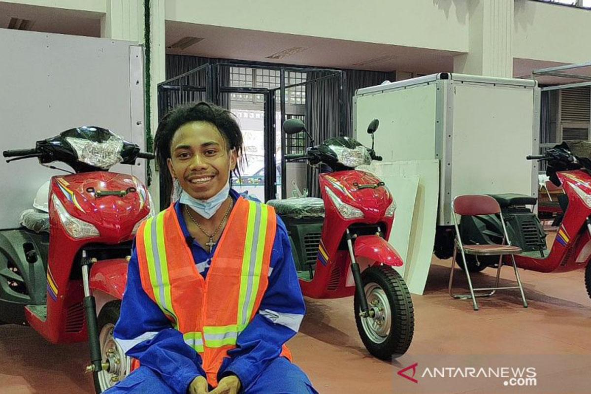 Longginus Eusabilis Bogin alias Rana (20) penyandang disabilitas yang kini merakit motor di Balai Besar Vokasional Inten Soeweno, Cibinong, Kabupaten Bogor, Jawa Barat. (ANTARA/M Fikri Setiawan)