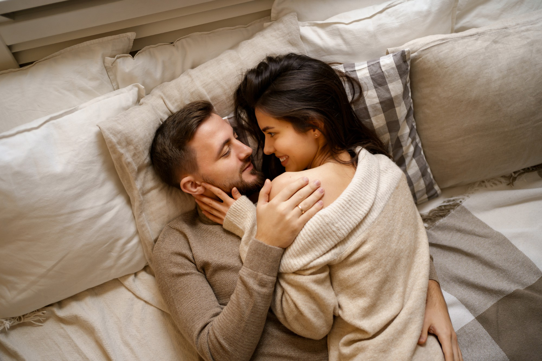 Tidak dapat dipungkiri, hubungan ranjang antara suami dan istri tidak selamanya berjalan mulus. (foto: freepik)