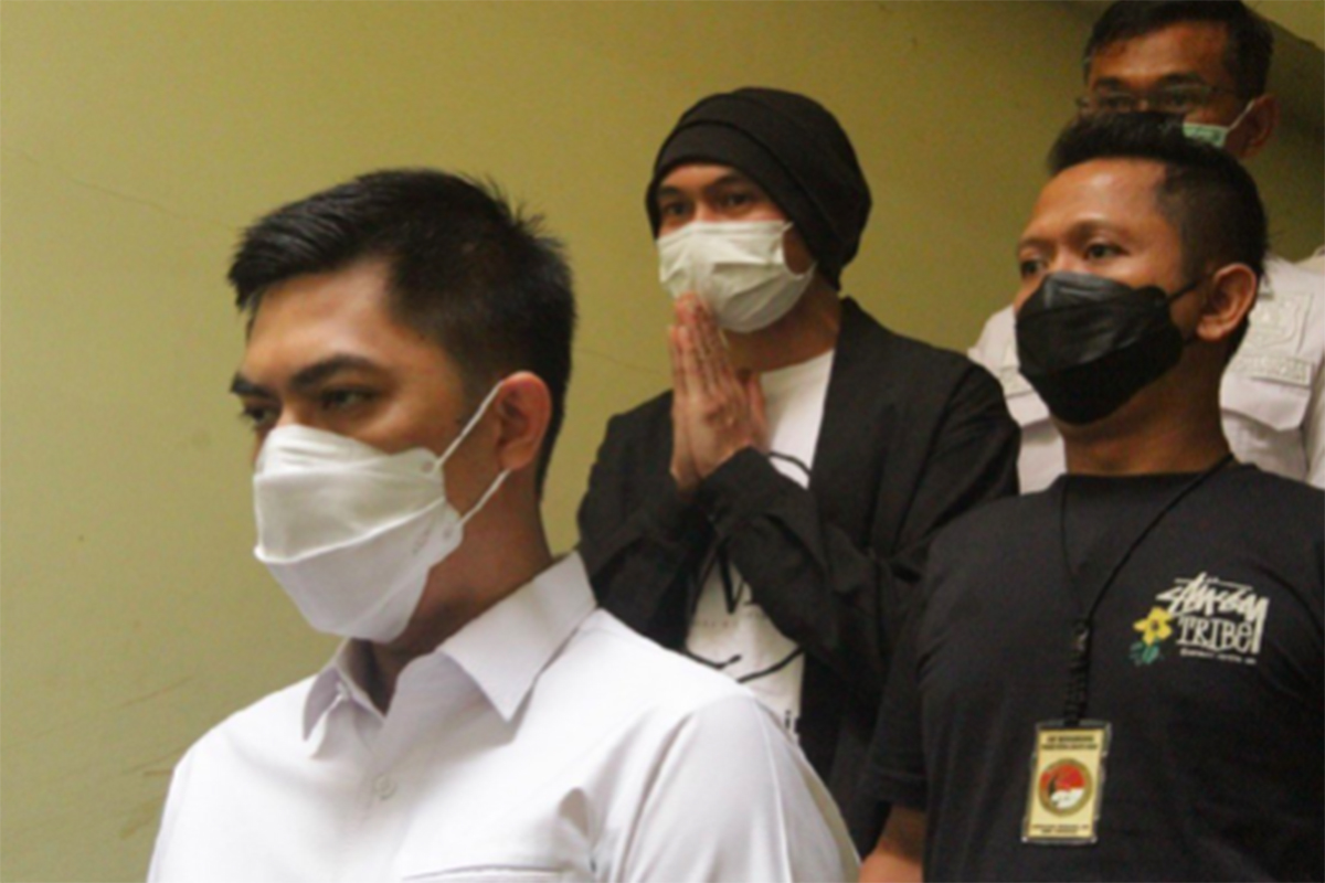 Anji eks Drive (tengah) saat di Mapolres Metro Jakarta Barat, Senin (14/6). Foto: Humas Polres Metro Jakarta Barat