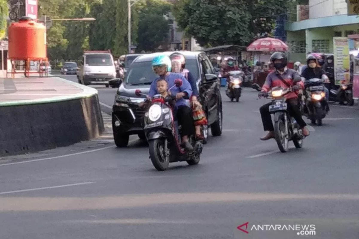 Ilustrasi - Tampak seorang anak diboncengkan sepeda motor di depan tanpa memakai masker saat melintasi Jalan Simpang Tujuh Kudus. (FOTO: ANTARA/Akhmad Nazaruddin Lathif)