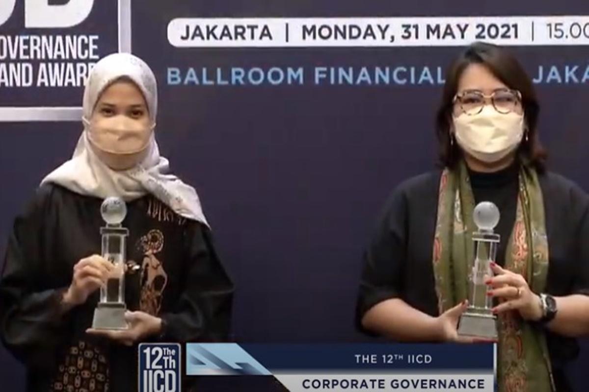 Penyerahan penghargaan pada XL Axiata dalam perhelatan The 12th IICD Corporate Governance Awards (foto: SC YouTube IICD Indonesia Official)