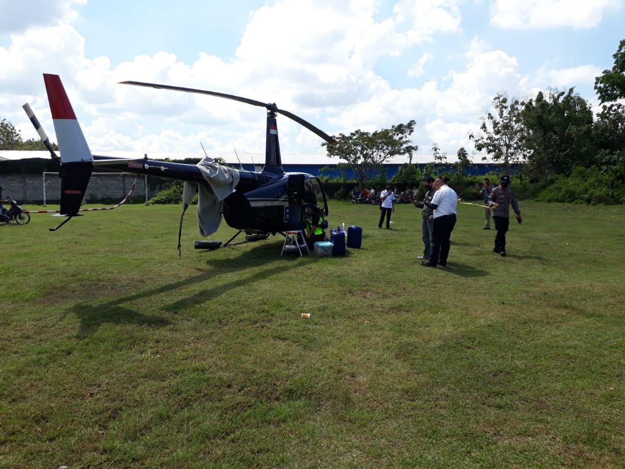 Helikopter BNPB melakukan pendaratan darurat di Lapangan Bola Desa Panunggalan, Kecamatan Pulokulon, Kabupaten Grobogan, Jawa Tengah, Rabu (16/6). Foto: BNPB