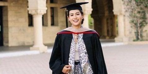 Maudy Ayunda saat lulus dari Stanford University. Foto: Instagram @maudyayunda