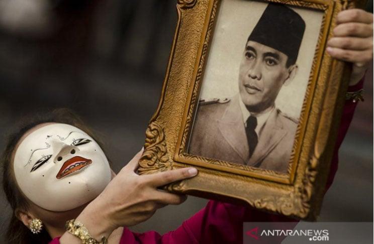 Penari Kontemporer Elma Merdiana menari menggunakan Foto Ir. Soekarno saat aksi peringatan hari lahir Soekarno di Bandung, Jawa Barat, Kamis (6/6/2019). ANTARA JABAR/Novrian Arbi/agr