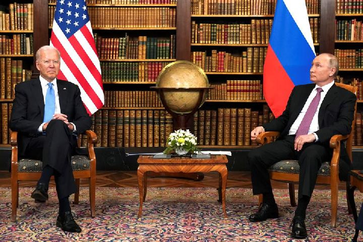Presiden Amerika Serikat Joe Biden bertemu Presiden Rusia Vladimir Putin untuk KTT AS-Rusia di Villa La Grange di Jenewa, Swiss, 16 Juni 2021. Foto: Reuters/Kevin Lamarque.
