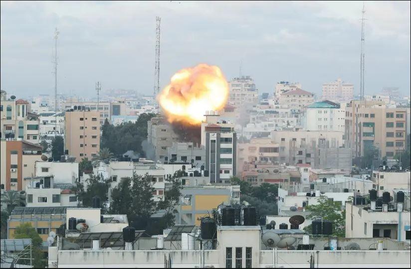 Sebuah ledakan di Gaza akibat serangan pasukan pertahanan Israel pada Selasa (15/6/2021) petang. Foto: Mohammed Salem/Reuters.