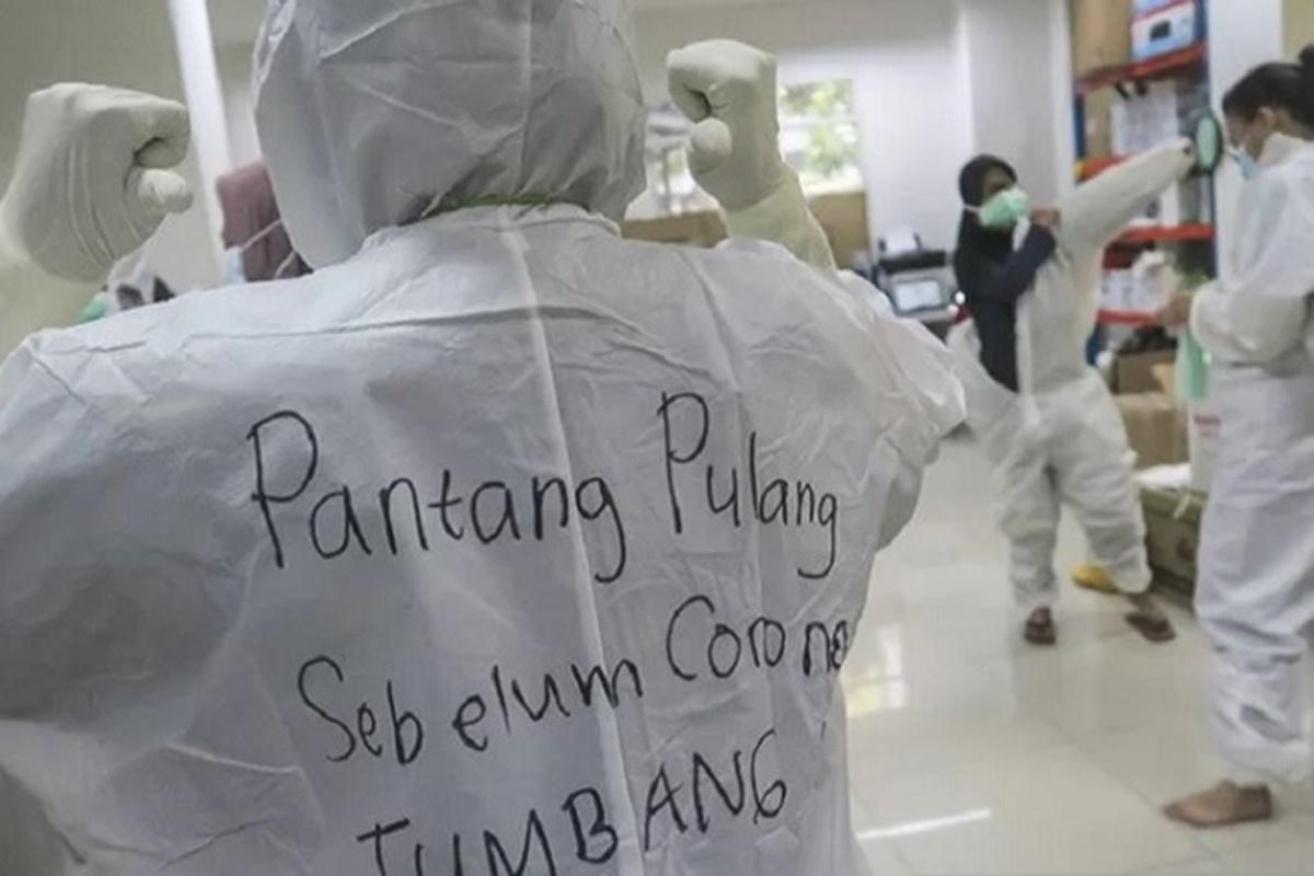 Kalimat penyemangat tertulis di hazmat salah satu tenaga kesehatan di Rumah Sakit Darurat (RSD) Covid-19, Wisma Atlet Kemayoran, Jakarta, Selasa, 26 Januari 2021 (foto: Antara)