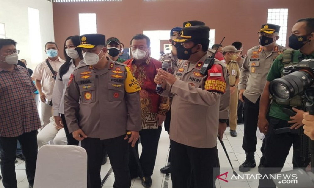 Kapolda Metro Jaya Fadil Imran (tengah) meninjau pelaksanaan vaksinasi di Kampung Tangguh, Kalideres, Jakarta Barata. FOTO: Antara