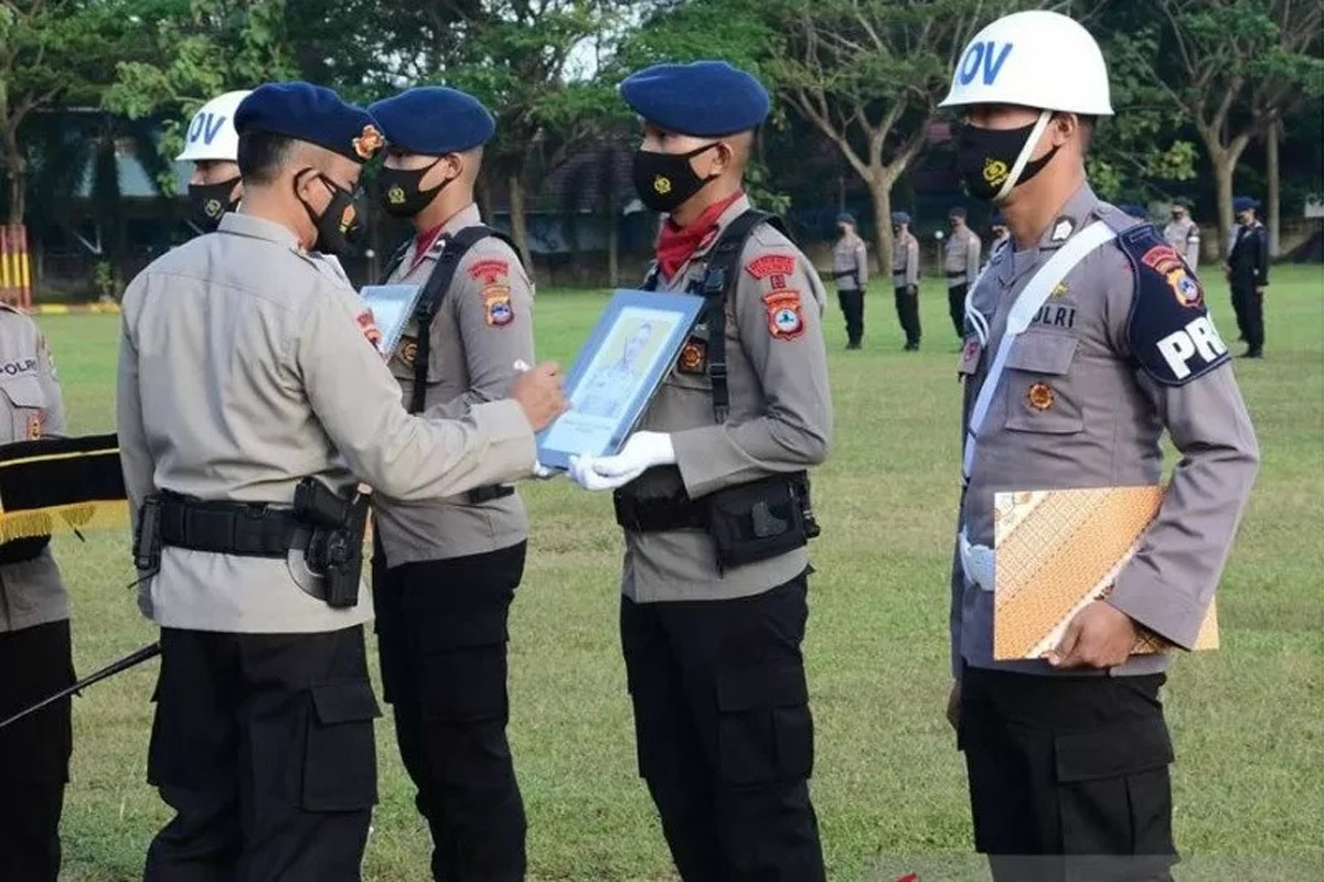 Komandan Satuan Brimob Polda Kalsel Kombes Pol Ronny Suseno memimpin upacara PTDH dua anggotanya, di Banjarbaru, Rabu (16/6/2021). Foto: ANTARA/Firman