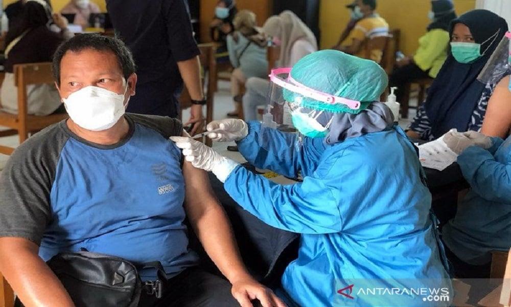 Warga Jakarta mendapat suntikan vaksin covid-19. FOTO: Antara