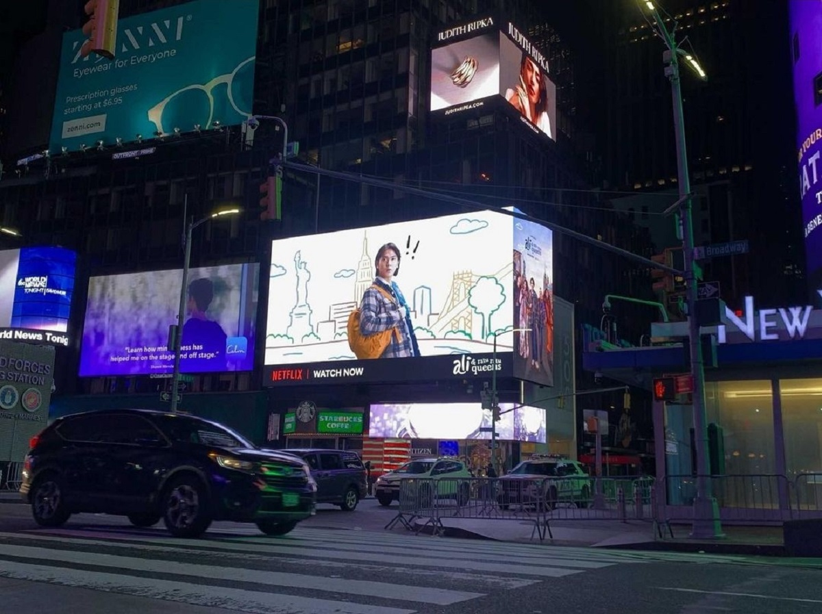 Ada Wajah Kece Iqbaal di Times Square New York, Wow