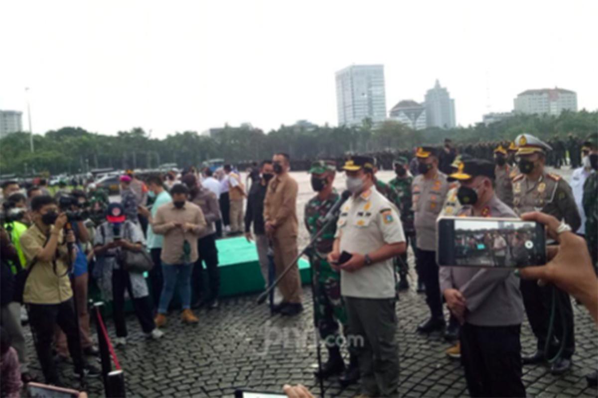 Gubernur DKI Jakarta Anies Baswedan saat memberikan keterangan di Monas, Jakarta Pusat, Jumat (18/6). Foto: Fransiskus Adryanto Pratama/JPNN.com