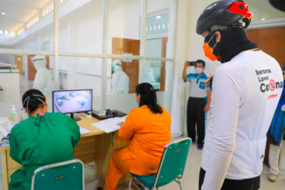 Gubernur Ganjar Pranowo saat mendatangi Rumah Sakit Jiwa Daerah (RSJD) Dr Amino Gondohutomo Semarang. Foto: JPNN.com/GenPI.co