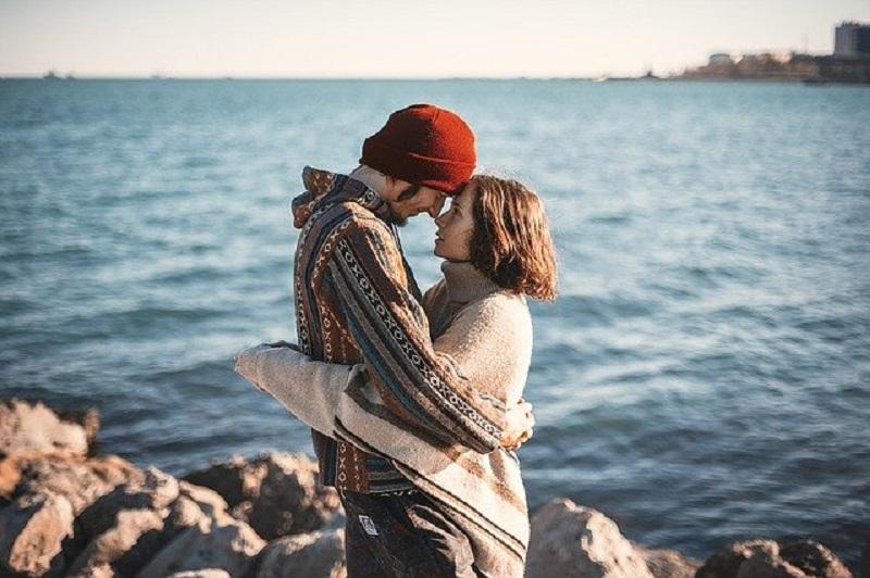 Ilustrasi: pasangan berpelukan (foto: Pixabay)