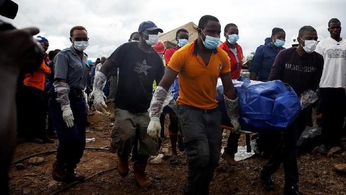Ilustrasi - Proses pengangkatan mayat di lokasi tambang emas Afrika Selatan. Foto: Philimon Bulawayo/Reuters.