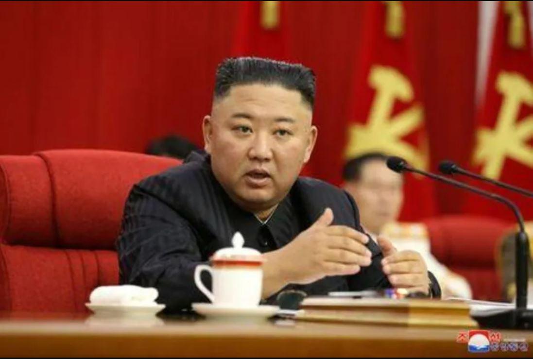 Kim Jong Un memimpin rapat partai buruh di Korea Utara. (Foto: Reuters via KCNA)