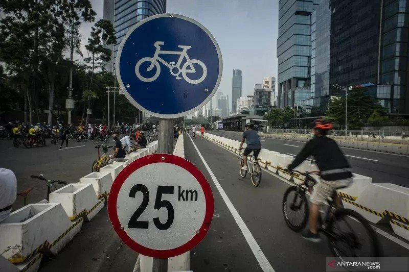 Komunitas Bike2Work (B2W) Indonesia memprotes kebijakan baru Pemprov DKI Jakarta soal pesepeda road bike. (foto: Antara)