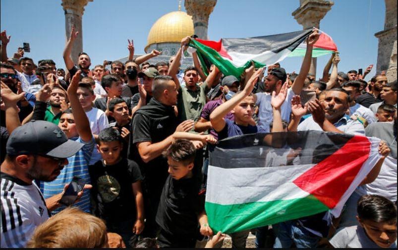 Masyarakat Palestina bedemo di kompleks Al-Aqsa. (Foto: (Jamal Awad/Flash90))