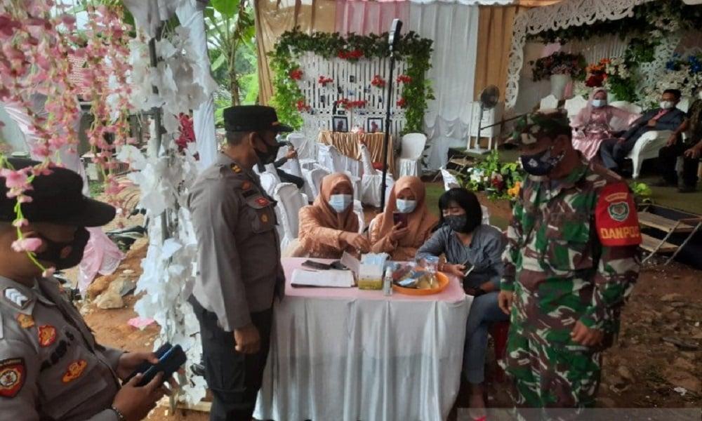 Petugas gabungan Satgas Covid-19 membubarkan pesta pernikahan warga. FOTO: Antara