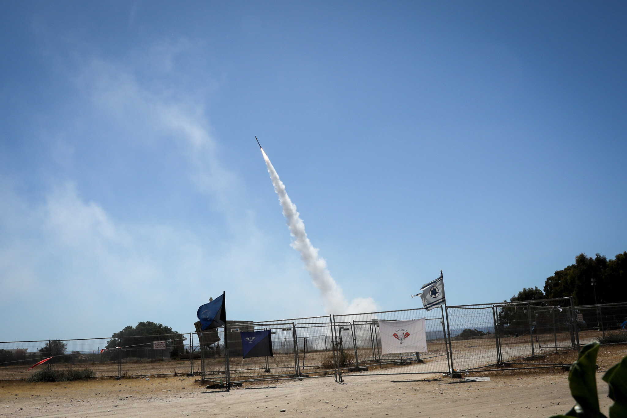 Rudal pencegat yang ditembakkan dari sistem pertahanan Iron Dome yang ditempatkan di Askhelon, israel, pada 19 Mei 2021 lalu. (Foto: Olivier Fitoussi/Flash90)