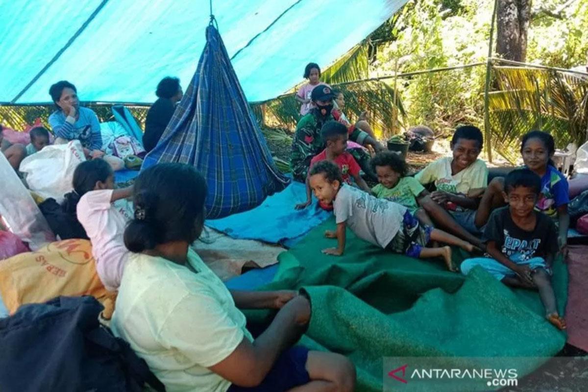 Sejumlah warga masih mengungsi dan tinggal di tenda darurat, pascagempa dengan magnitudo 6.1 (16/6) di negeri Tehoru, Kabupaten Maluku Tengah, Kamis (17/6/2021). (FOTO: ANTARA/HO-BPBD Malteng/aa)