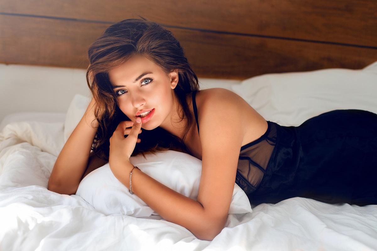 Ilustrasi: perempuan di atas ranjang (foto: frepik)