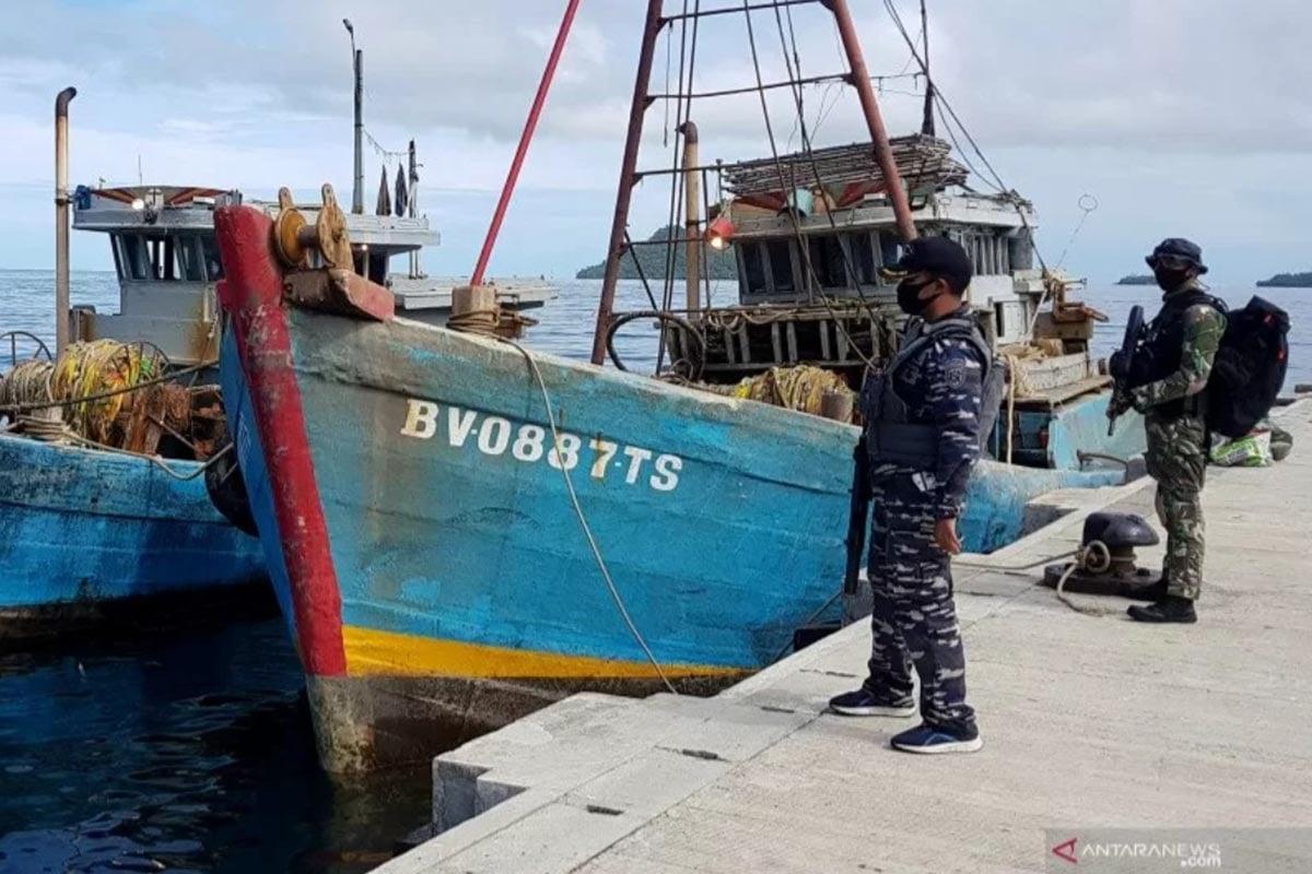 Ilustrasi - Prajurit TNI AL awak KRI Yos Sudarso-353 berjaga di dekat dua Kapal Ikan Asing (KIA) Vietnam di Pelabuhan Fasilitas Labuh (Faslabuh) TNI AL di Selat Lampa, Natuna, Kepulauan Riau, Sabtu (18/7/2020). (FOTO: ANTARA/Ardi/ZK/WSJ)