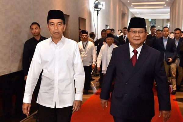 Joko Widodo (kiri) berjalan bersama Prabowo Subianto saat mengikuti Debat Pertama Capres & Cawapres 2019, di Hotel Bidakara, Jakarta, Kamis (17/1/2019). - Antara