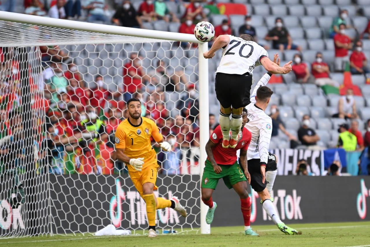 Momen Robin Gosens saat mencetak gol dalam laga Portugal vs Jerman di Piala Eropa 2020. (foto: Twitter Euro 2020)
