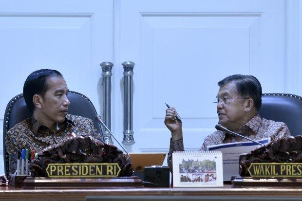 Presiden Joko Widodo (kiri) berbincang dengan mantan Wakil Presiden Jusuf Kalla di Kantor Presiden, Jakarta. Foto: ANTARA FOTO/PUSPA PERWITASARI