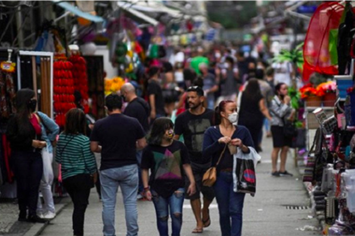 Sejumlah warga berjalan di tempat perbelanjaan di Rio de Janeiro, Brazil, 29 Juni 2020. Foto: Antara/Reuters/Lucas Landau