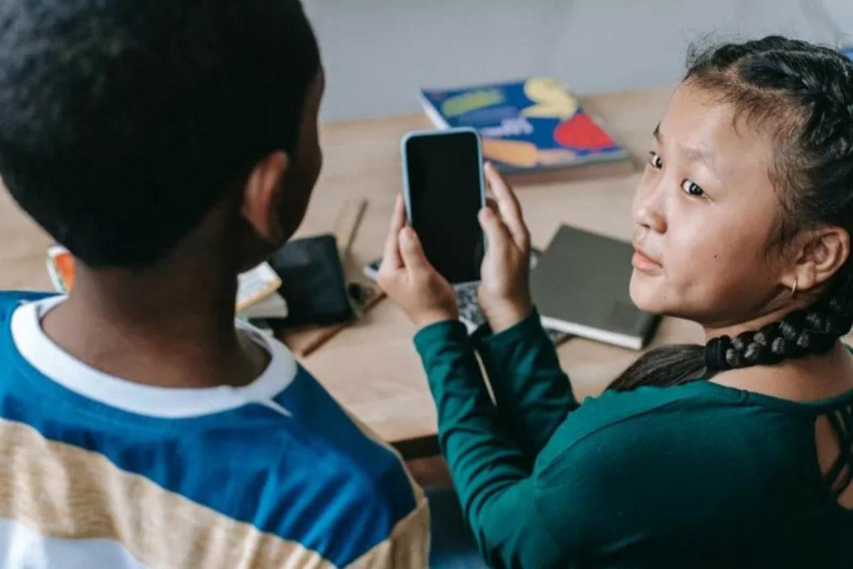 Ilustrasi anak-anak menggunakan smartphone (Pexel)