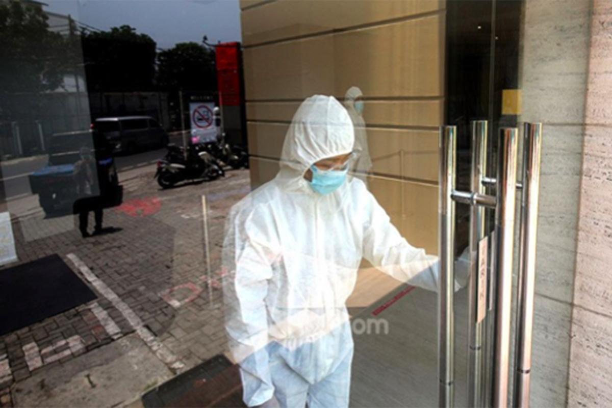 Petugas kesehatan dengan mengenakan alat pelindung diri atau hazmat hendak menangani pasien Covid-19. Foto: Ricardo/JPNN.com/GenPI.co