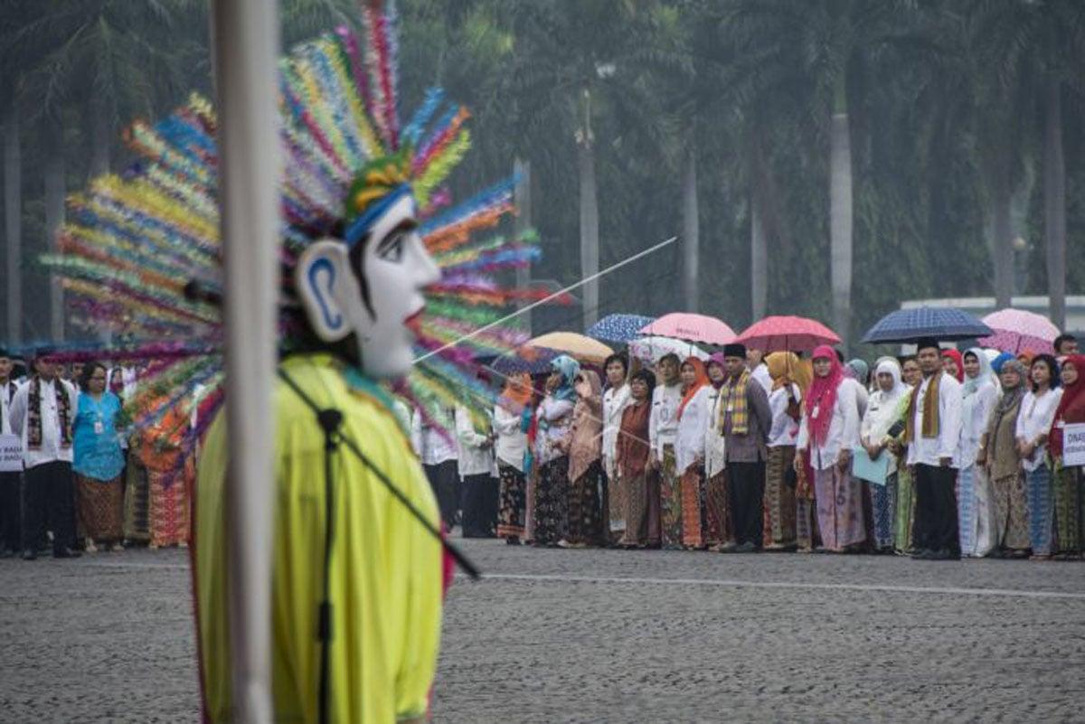 Sejumlah pegawai Pemprov DKI Jakarta mengikuti upacara peringatan HUT DKI Jakarta ke-490 di Monas, Jakarta, Kamis (22/6). Upacara tersebut merupakan awal dari rangkaian acara yang digelar Pemprov DKI Jakarta untuk memperingati HUT DKI Jakarta ke-490 yang