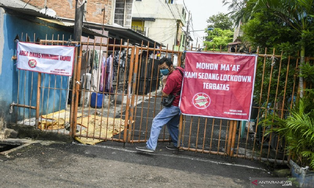 Warga berada di kawasan karantina wilayah terbatas (lockdown) di Jalan Intan Berduri, Kawasan Sumur Batu, Jakarta Pusat. FOTO: Antara