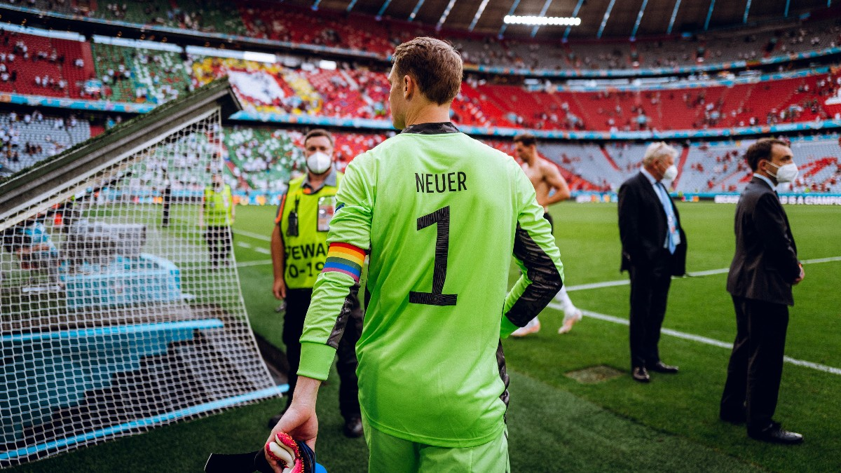 Manuel Neuer mengundang kontroversi usai menggunakan ban kapten yang menyaratkan LGBT+ di Piala Eropa 2020. (foto: twitter.com/DFB_Team_EN)