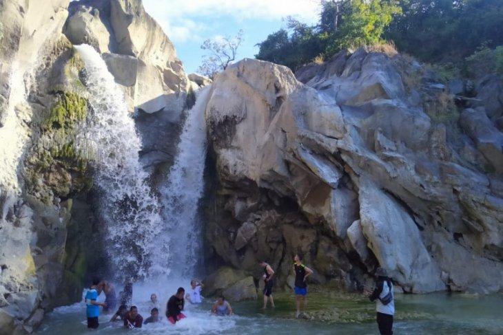 Air terjun Dewi Selendang. Foto: Antara/Rosidin.