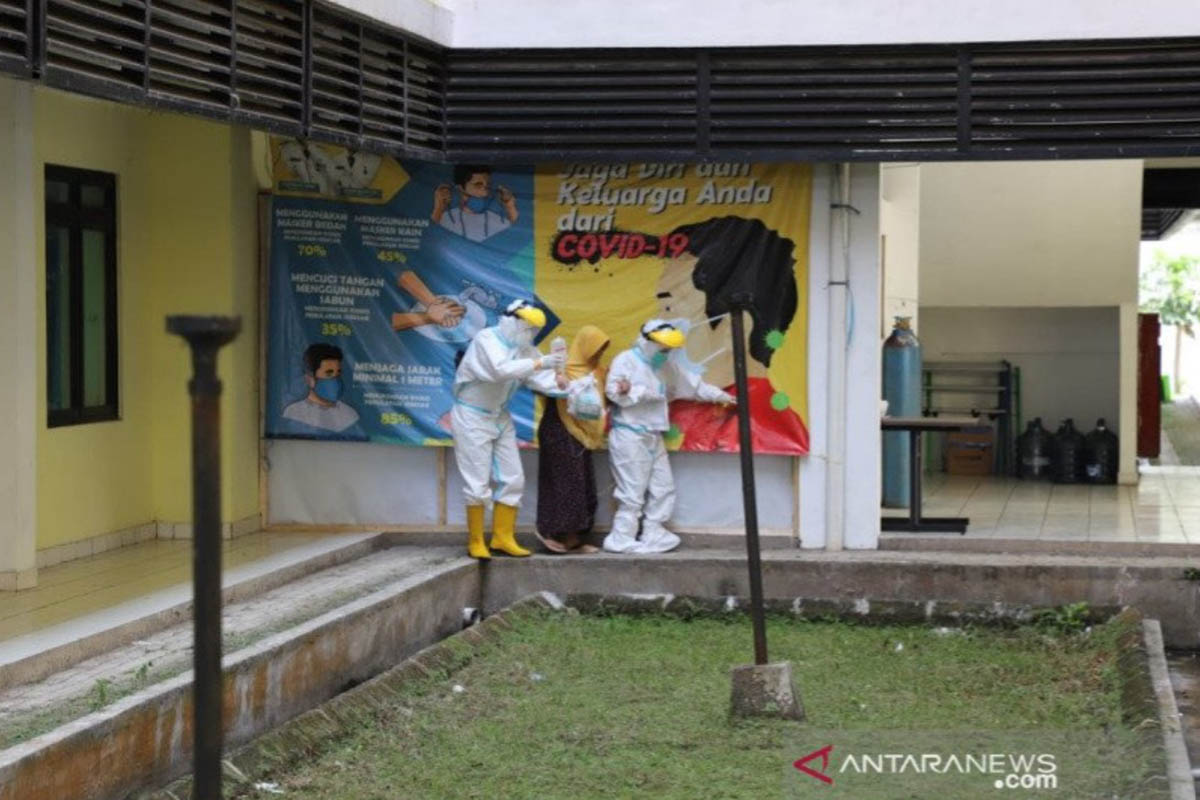 Ilustrasi - Petugas medis menangani pasien terjangkit positif COVID-19 di Kabupaten Garut, Jawa Barat, beberapa waktu lalu. (FOTO: ANTARA/HO-Diskominfo Garut)