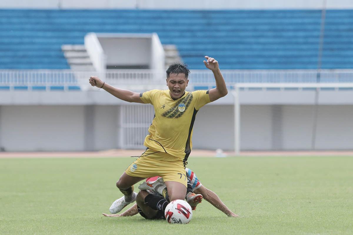Laga uji coba antara PSIM melawan Sulut United, di Stadion Mandala Krida Yogyakarta, Rabu (23/6). (Foto: PSIM)