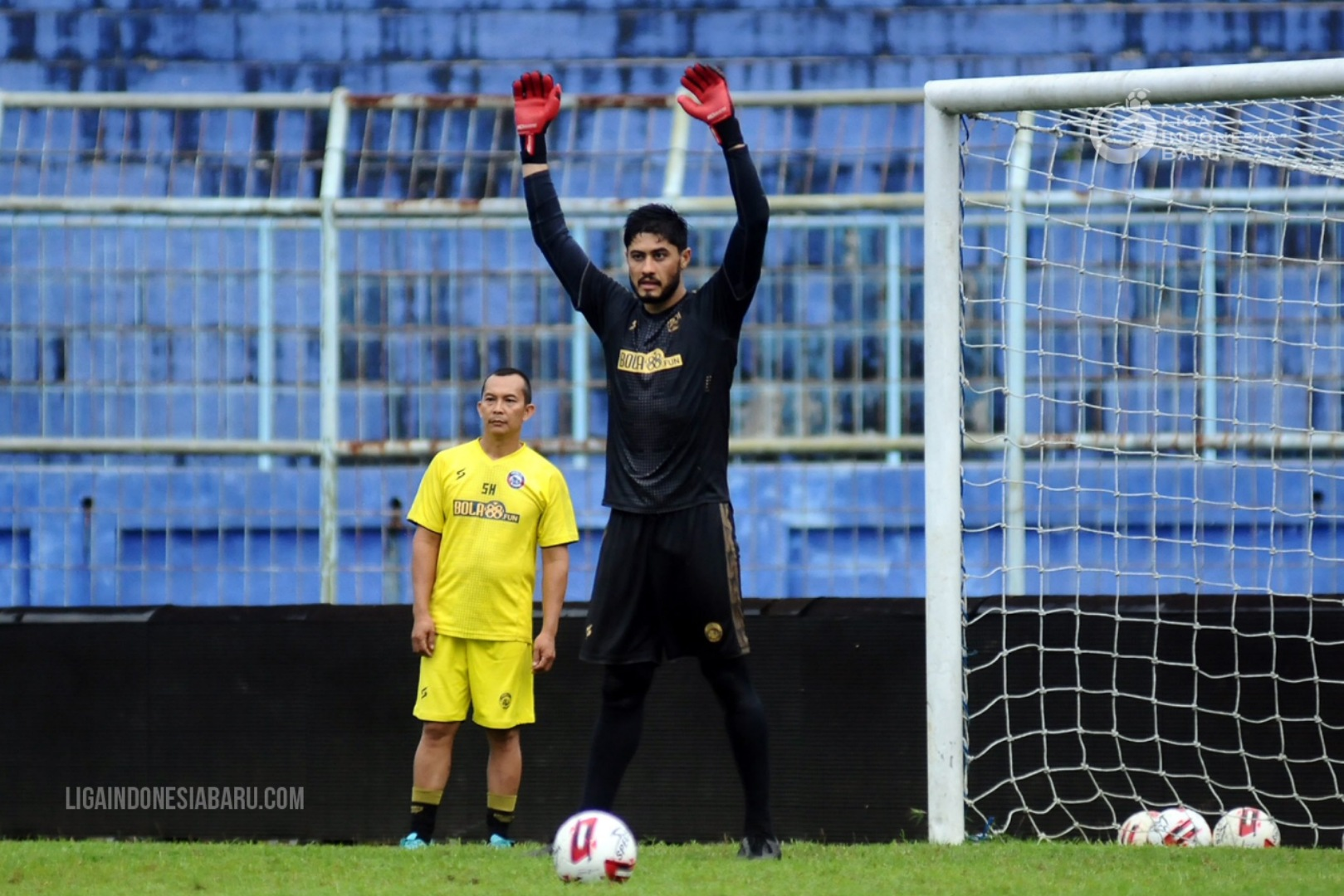 Alasan kiper Brasil ini memilih bergabung ke Arema FC membuat para fans sepak bola Indonesia terenyuh. (foto: PT LIB)