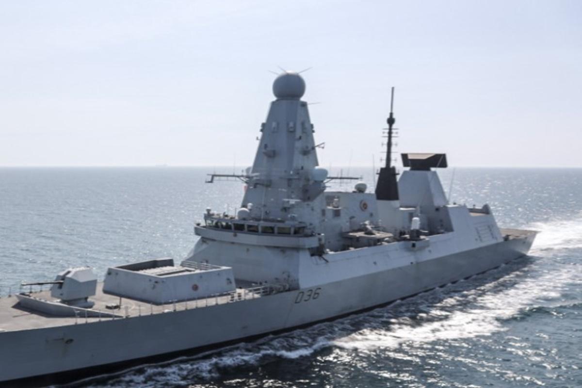 Kapal perang HMS Defender milik Angkatan Laut Kerajaan Inggris (sumber foto: SC Twitter @RALee85)