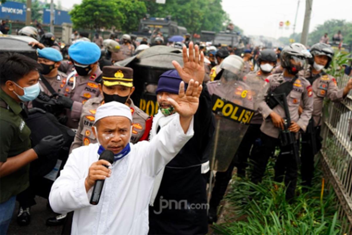 Massa pendukung Habib Rizieq Shihab (HRS) sempat bentrok dengan polisi di Jalan I Gusti Ngurah Rai, Jakarta Timur, Kamis (24/6). Foto: Ricardo/JPNN.com/GenPI.co