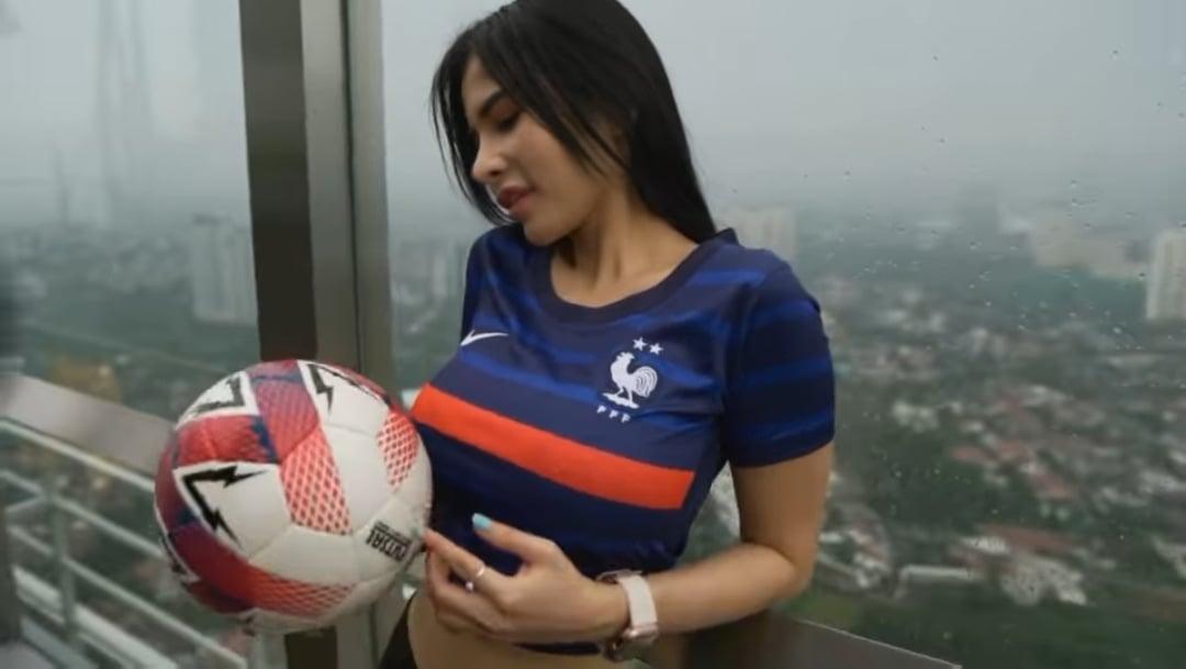 Pose Maria Vania Memainkan Bola dengan Jarinya Jadi Sorotan. Foto : Instagram Maria Vania