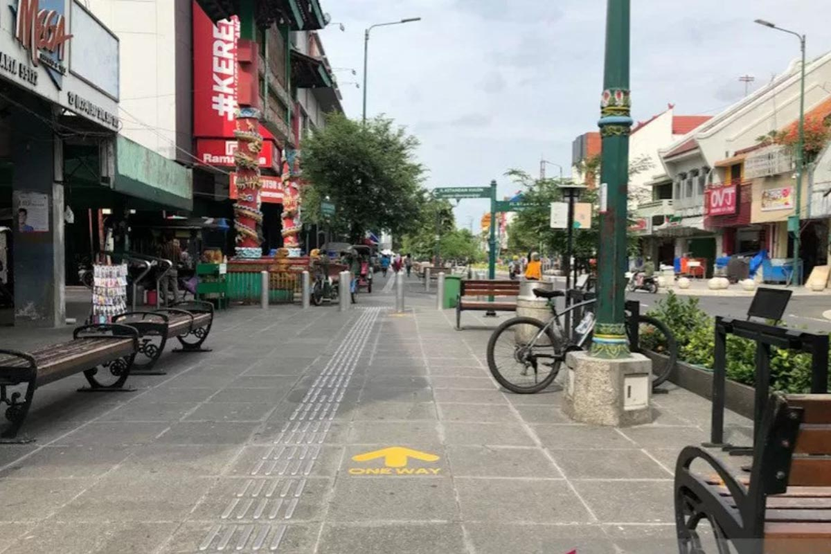 Ilustrasi - Suasana di pedestrian Jalan Malioboro Yogyakarta dilengkapi tanda anak panah untuk mengatur arah jalan turis untuk penerapan protokol kesehatan, 19 Juni 2020. (Foto: Antaranews/Eka AR)